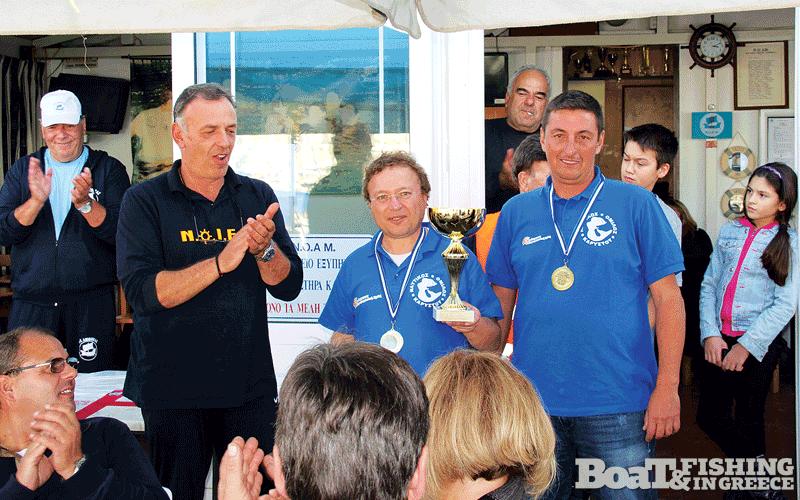Αντώνης ∆ρόσος και Χρήστος Βερούχης, µε το κύπελλο της πρωταθλήτριας οµάδας