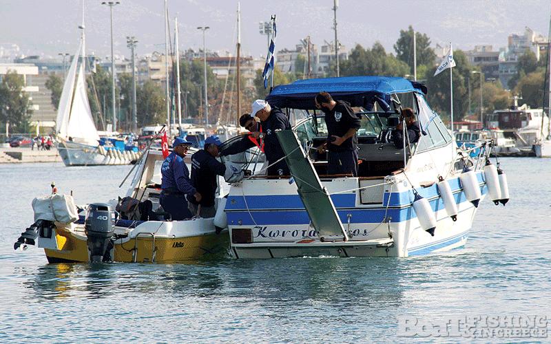 Παράδοση αλιευµάτων στο σκάφος της επιτροπής