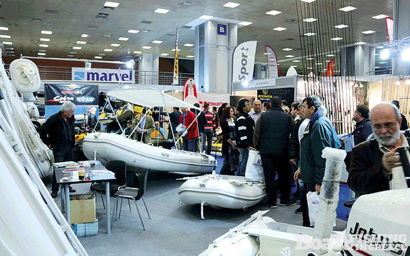 Η εταιρία Escape 24, εισαγωγική εταιρία των φουσκωτών Escape και των Callegari (φωτ. 11), συµµετείχε µε πλήρη γκάµα στο µεγάλο γωνιακό περίπτερο, ενώ επιπλέον παρουσίασε τους ηλεκτρικούς κινητήρες Haswing και τα kayak Cobra & Winner