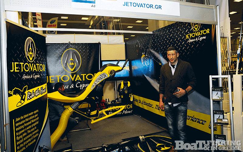 Εξαιρετική εντύπωση έκανε το νέο σύστηµα Jetovator (φωτ. 5), το οποίο προσαρµόζεται στο jet ski δίνοντας την δυνατότητα στο χειριστή του να πετά αρκετά µέτρα πάνω από το νερό, µε την βοήθεια της πίεσης του νερού.