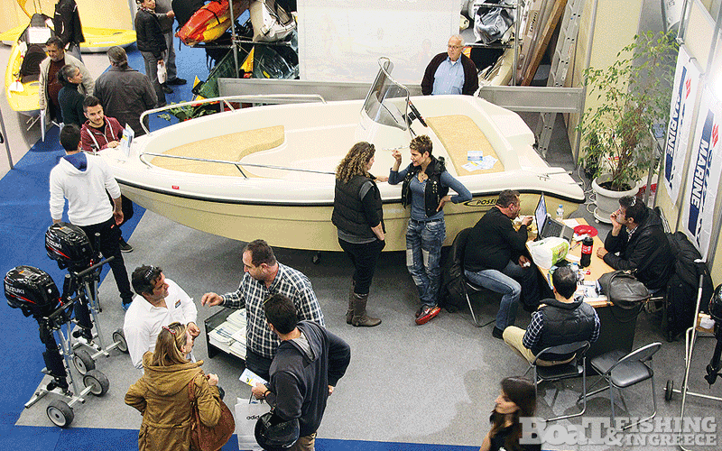 To περίπτερο της κάθετης µονάδας πώλησης και υπηρεσιών φύλαξης και σέρβις Porto Rafti Marine του Ιωάννη Σιδέρη (φωτ. 6), φιλοξενούσε σκάφος της εταιρίας ΑΦΟΙ ΜΠΙΣΚΙΝΗ και κινητήρες Suzuki και Honda