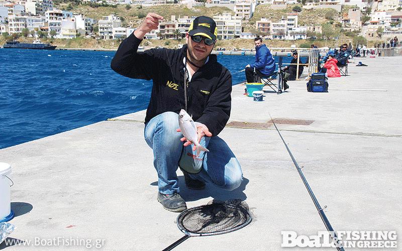 Ο Αλέξανδρος Τσιριγώτης με ένα από τα ψάρια που του έδωσαν την πρώτη θέση στη δεύτερη αγωνιστική.